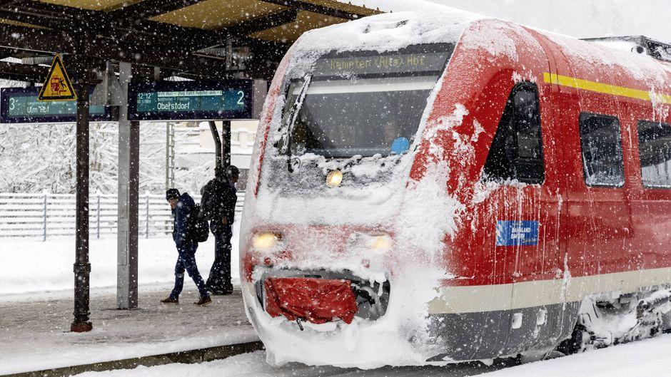 Vereiste Bahnen und zugeschneite Strecken am Alpenrand.