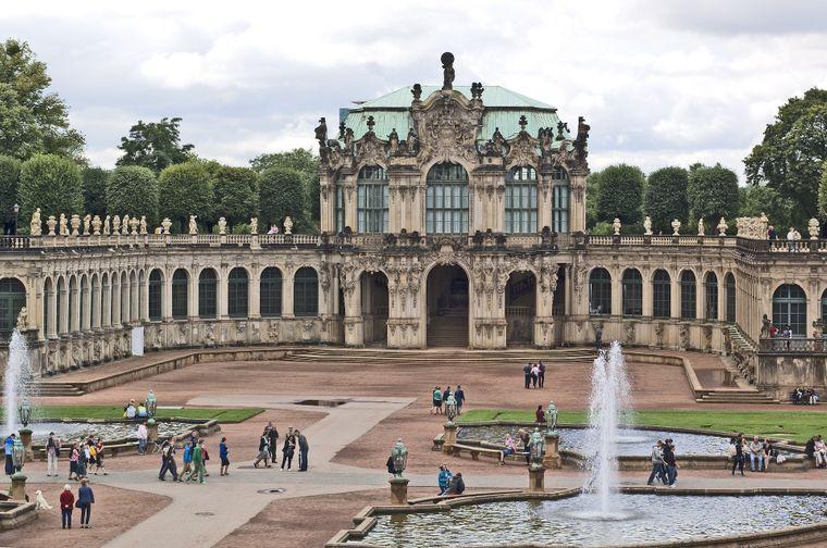Zu Beginn des 18. Jahrhunderts wurde der Dresdner Zwinger errichtet. Heute beheimatet er unter anderem die weltberühmte Gemäldegalerie Alte Meister mit Werken aus Renaissance, Manierismus und Barock.