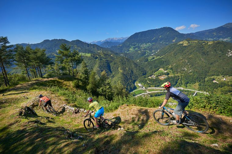 Trails in den Hügeln von Idrija am südöstlichen Rand der Julischen Alpen fordern Mountainbiker heraus und bieten fantastische Ausblicke.