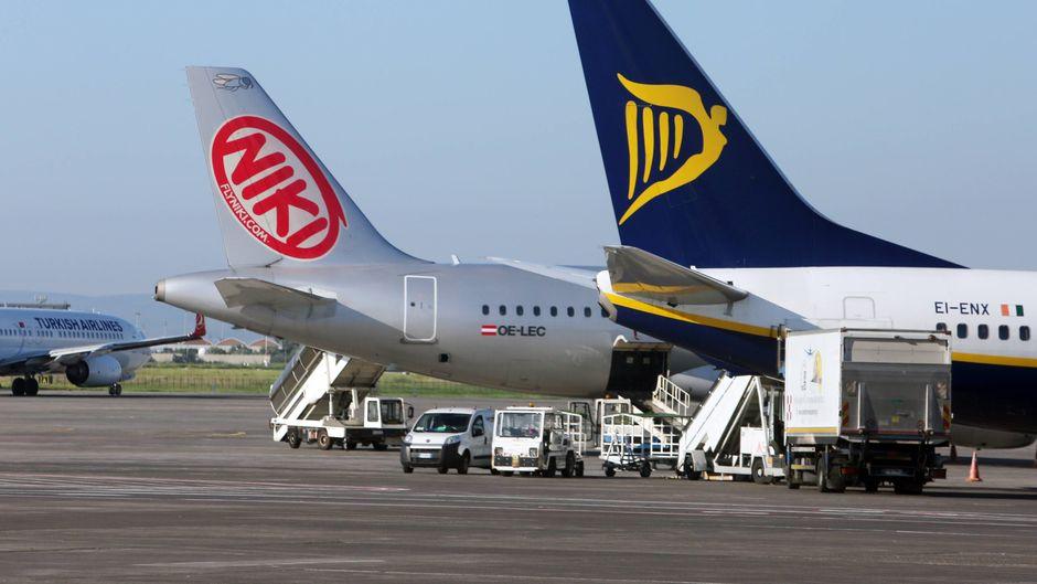 Heckflügel eines Airbus A320 der Niki Air und einer Boeing 737 der Ryanair am Flughafen in Catania, Sizilien (Italien).