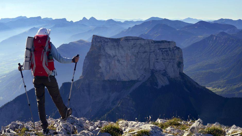 Ein Bergwanderer genießt die Aussicht auf den Mont Aiguille im Vercors-Bergmassiv.