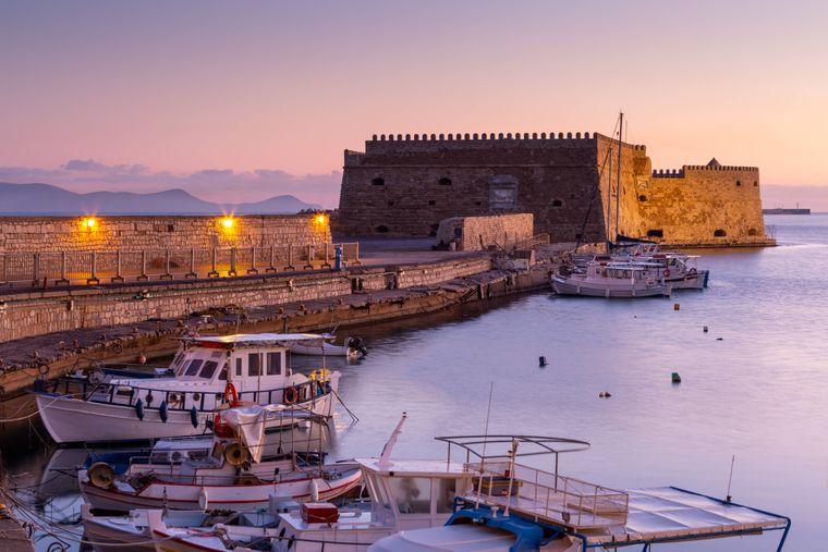 Der alte Hafen von Heraklion beherbergt das ein oder andere Highlight für deinen Kreta-Trip.