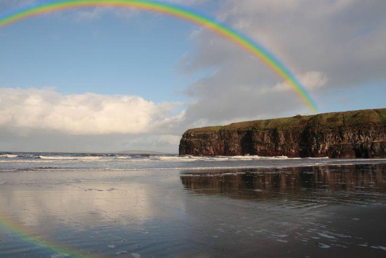 Irland ist bekannt für Regenbögen.
