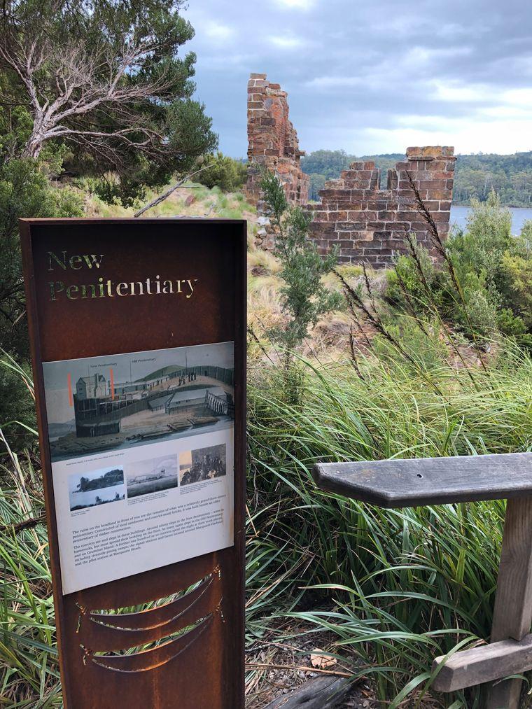 In der ehemaligen Strafkolonie Sarah Island erinnern Ruinen an die Vergangenheit auf der Insel.