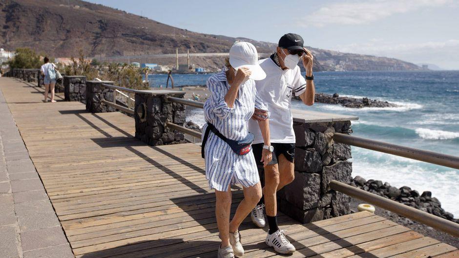 Urlauber in der Stadt Candelaria auf Teneriffa, Kanarische Inseln.