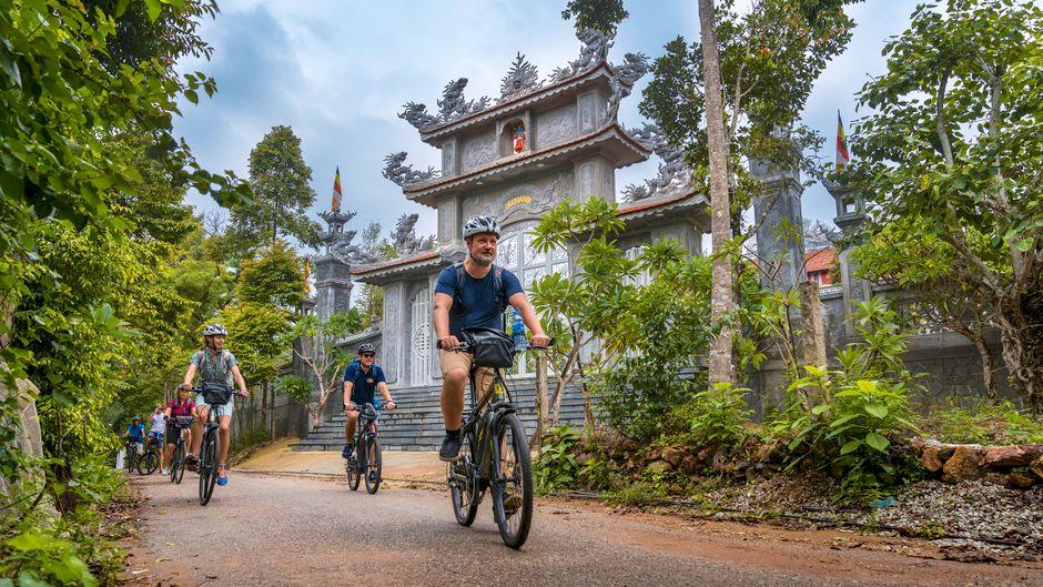 Dank Pedelec lässt es sich auch in tropischer Hitze gut durch vietnamesische Dörfer radeln.