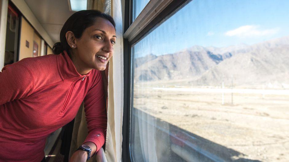 Rausschauen und entspannen: Monisha Rajesh genießt das Reisen im Zug, so wie hier in China.