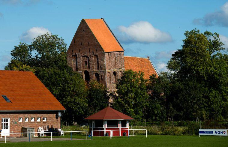 Hat da jemand Pisa gesagt? Der schiefe Kirchturm von Suurhausen hat es mit seiner Schieflage sogar ins Guinnessbuch der Rekorde geschafft.