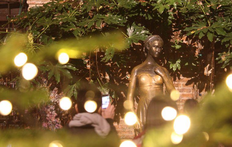 Kurioser Aberglaube: Das Berühren der rechten Brust der Bronzestatue soll Glück bringen.