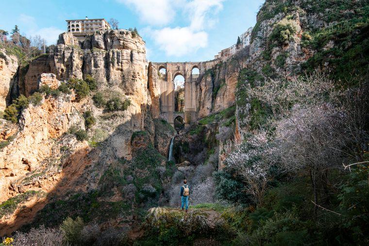 Ein Reisender blickt auf die berühmte Puente Nuevo in Ronda.