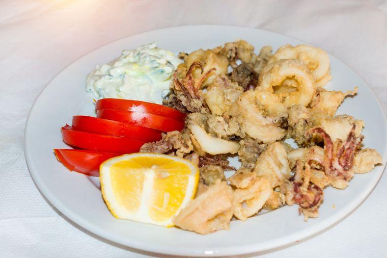 Ein traditionelles kretischen Gericht ist gekochter Tintenfisch mit Fenchel und Oliven.