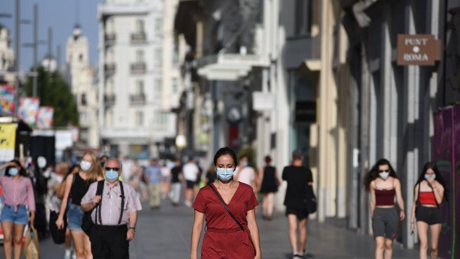 Menschen mit Mundschutz im Zentrum von Madrid.