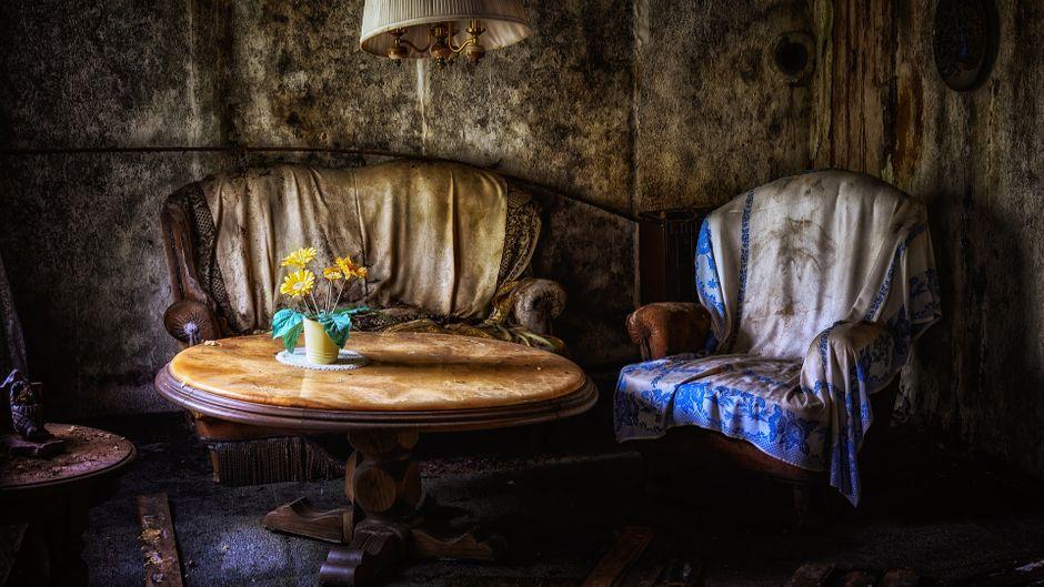 Mit wenigen Requisiten Atmosphäre schaffen – ein Lost Place fasziniert vor allem durch seinen morbiden Charme.