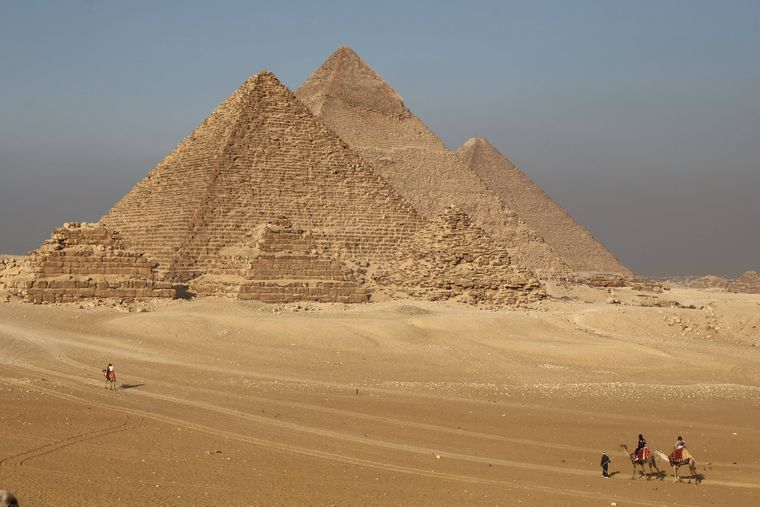 Wer nach Ägypten reist, will oft klassischen Badeurlaub machen. Dabei lohnt es sich, das Land besser kennenzulernen, schließlich reicht die Geschichte bis in die Zeit der Pharaonen zurück und es gibt jahrtausendealte Baudenkmäler wie die kolossalen Pyramiden, die Hauptstadt Kairo und die Gräber im Tal der Könige bei Luxor zu entdecken!