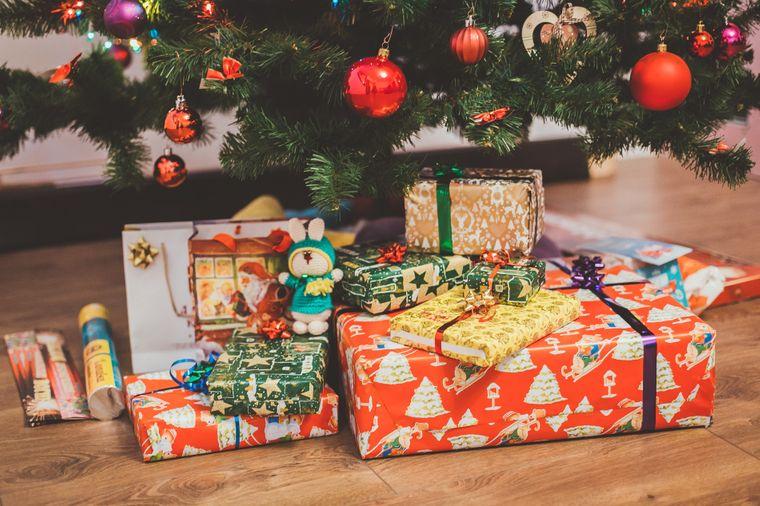 Geschenke unter dem Weihnachtsbaum.