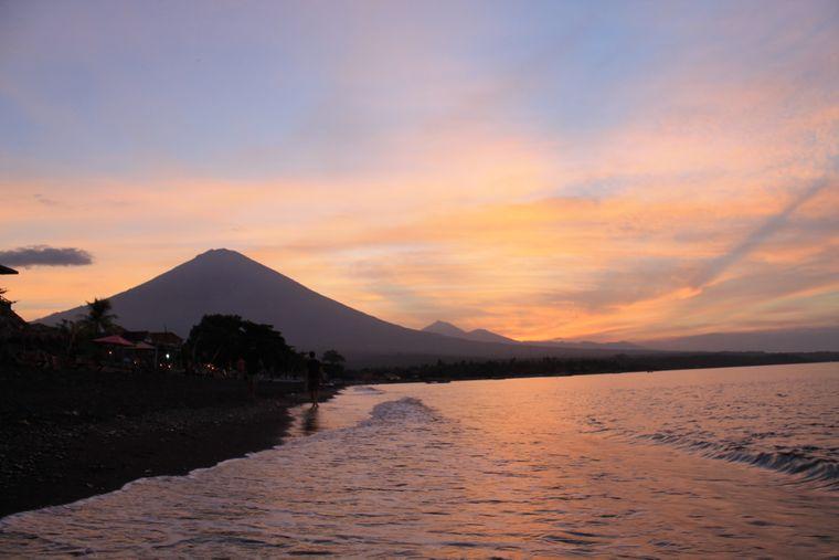 Sonnenuntergang auf Bali (Indonesien) hinter einem Vulkan.