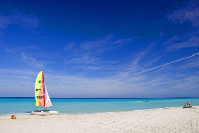 Kubanischer Traumstrand bei Varadero: Für den Widder die passende Gelegenheit, sich im Wasser auszupowern – zum Beispiel mit dem Kajak oder dem Segelboot.