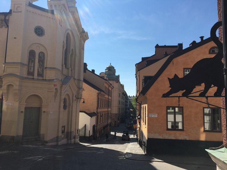Katzenschild in einer Straße von Södermalm in Stockholm