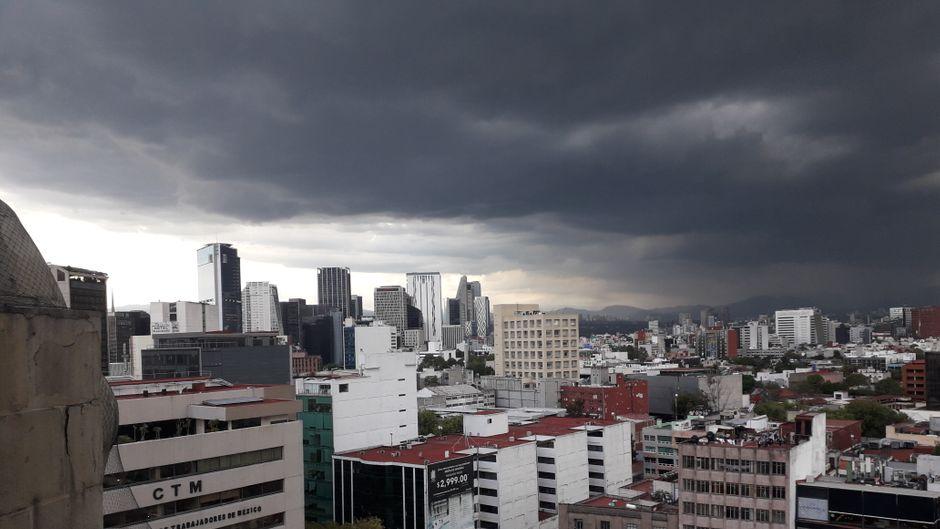 Dunkle Wolken über der Mega-City Mexiko, wo die Kontraste nicht extremer sein könnten.