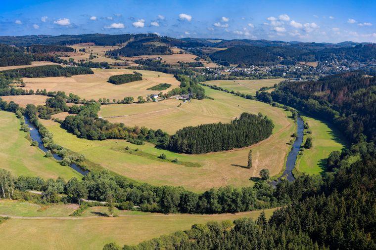 Der Wanderweg führt durch eine hügelige Landschaft entlang des Flusses Eder, der früher Adrina hieß – daher der Name Via Adrina.