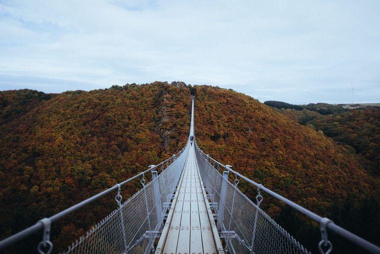 Auf so einer Brücke könnte deine Urlaubsromanze auf dich warten. (Symbolfoto)