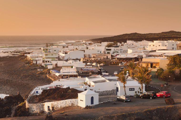 Kaum ein Haus höher als eine Palme: Das Fischerdorf El Golfo bei Sonnenuntergang auf Lanzarote.