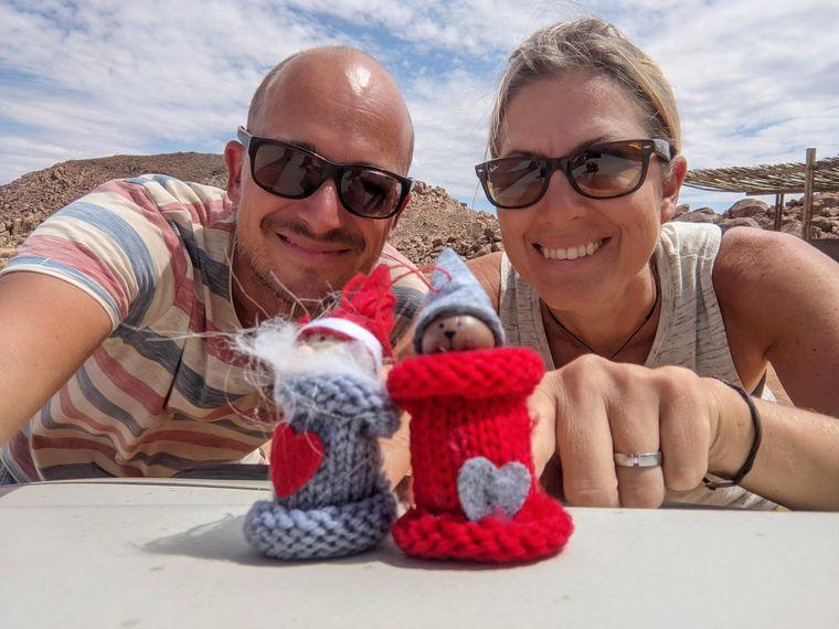 Armin und Tanja Vogelsang in Namibia mit Weihnachtsdekoration.