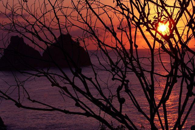 Der Himmel über Fernando de Noronha präsentiert ein feuerrotes Farbspiel.