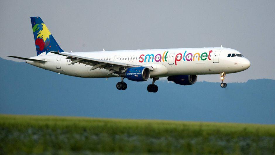 Ein Flugzeug von Small Planet Airlines beim Landeanflug in Stuttgart.