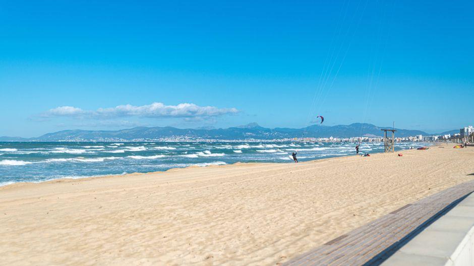 Die Playa de Palma ist bis auf ein paar Wassersportler derzeit weitgehend menschenleer.