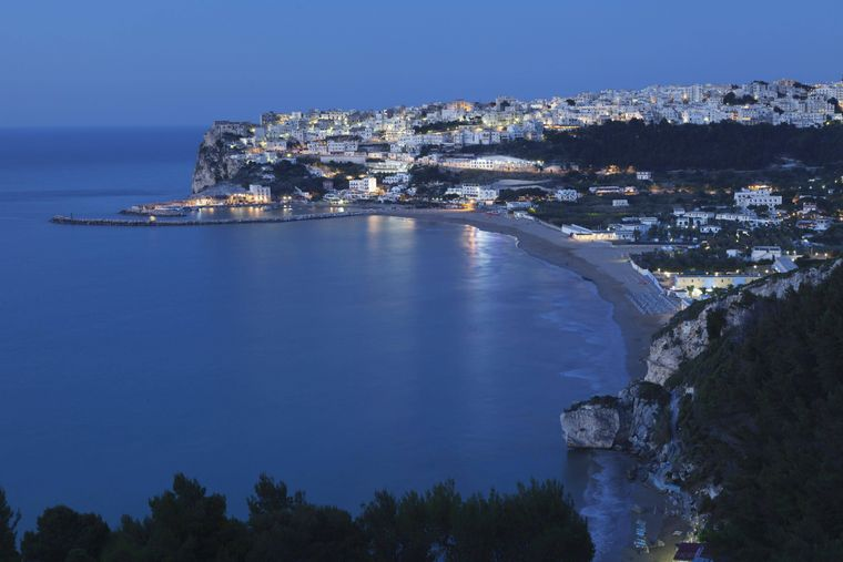Abenddämmerung über dem Strand von der italienischen Küstenstadt Peschici