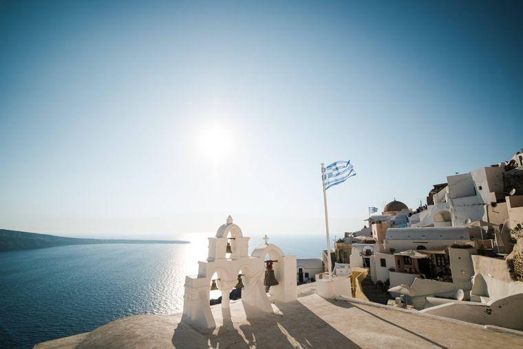 Blauer Himmel, türkis Wasser und die typischen weißen Häuser: Das ist Griechenland pur.