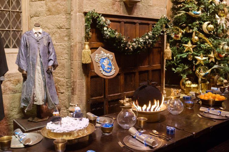 """An der Wand der """"Großen Halle"""" in den Londoner Warner Brothers Studios sind Kostüme der Hogwarts-Zauberer ausgestellt."""