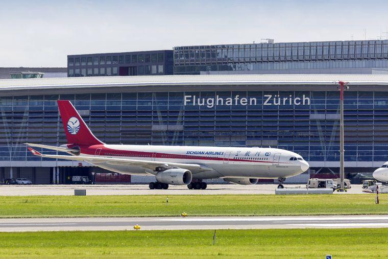 Ein Flugzeug der Sichuan Airlines am Flughafen Zürich in der Schweiz.