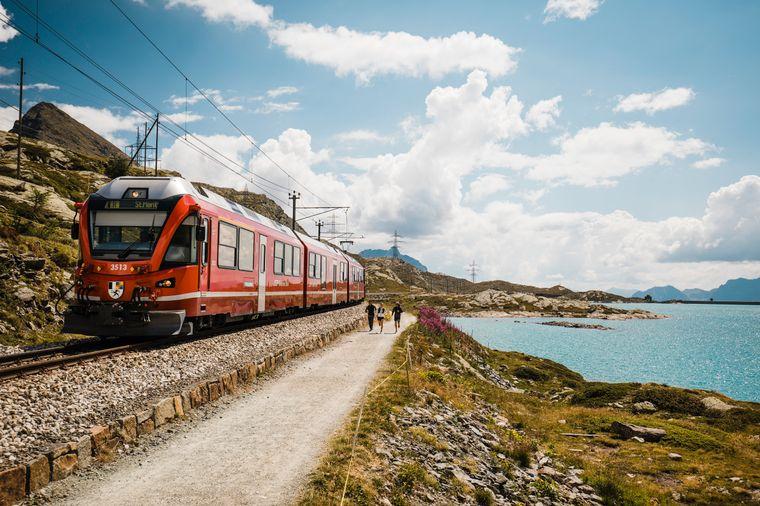 Trailrunner unterwegs auf dem Piz Bernina Trail beim Lago Bianco.