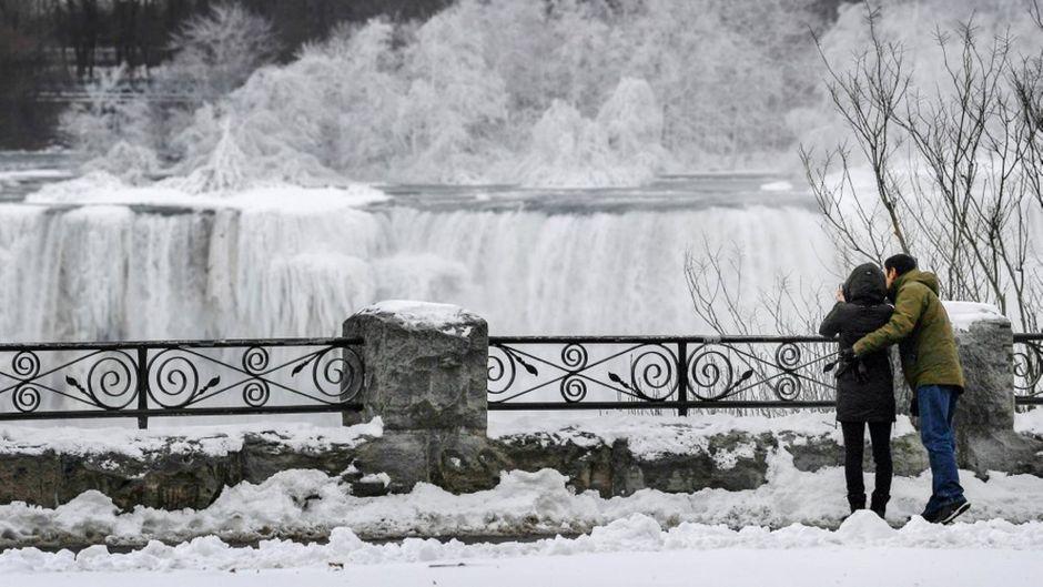 Die klirrende Kälte führt dazu, dass die berühmten Niagarafälle vereist sind.