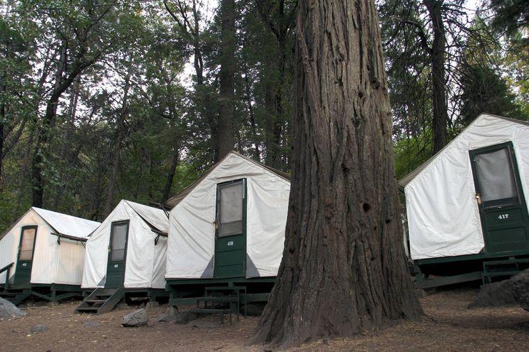 Im Schatten des Glacier Point stehen die festen Zelte im Half Dome Village.