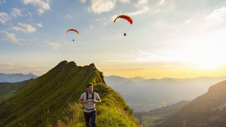 Ein Mann wandert über die Berge in Oberstdorf in Bayern. Das Wochenende lädt zu einem Ausflug in die Natur ein.