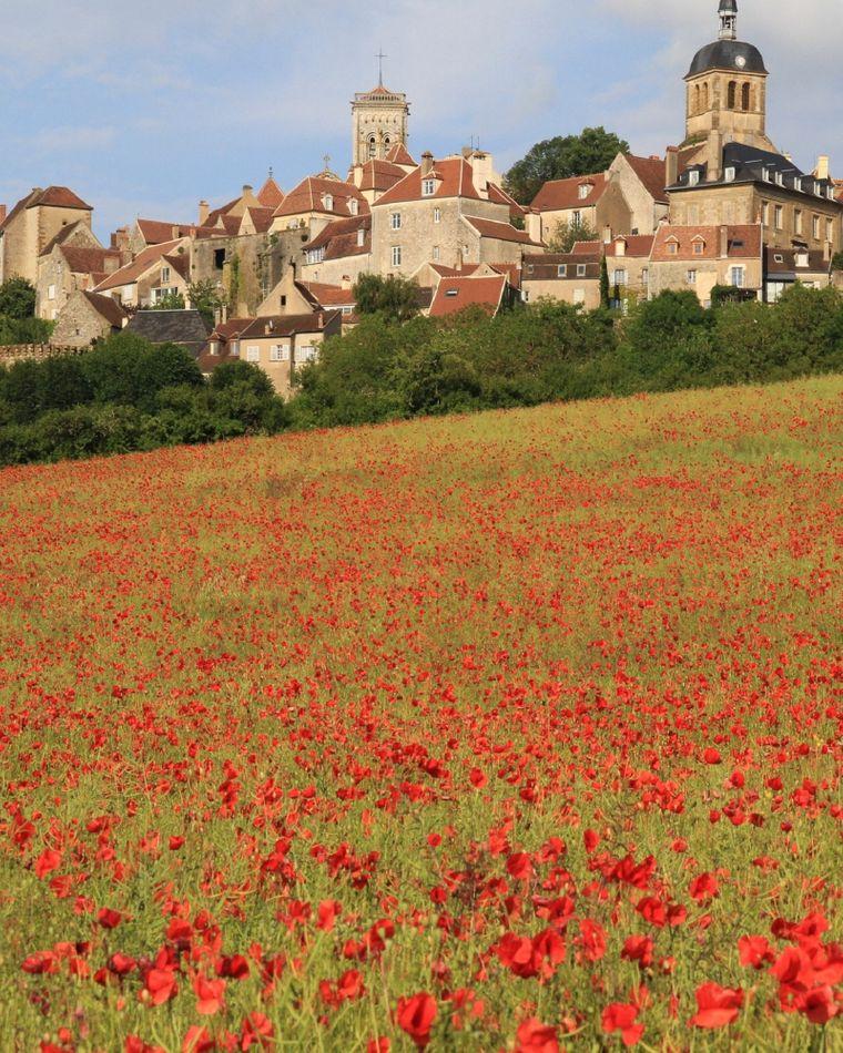 Vézelay ist einer der Ausgangspunkte des Jakobsweges. Jedes Jahr kommen zahlreiche Pilgerinnen und Pilger zum sogenannten ewigen Hügel, auf dem das sehenswerte Dorf steht.