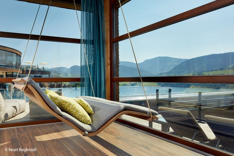 Das Wellnesshotel in den Bergen hat einen 2.000 Quadratmeter großen Sauna- und Poolbereich.