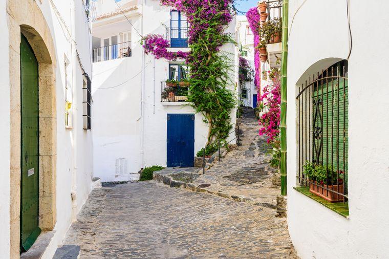 Alle Gassen führen hier zum Hafen – Cadaqués in Spanien ist einfach wunderschön.