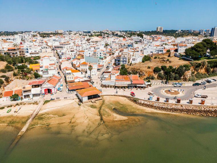 Blick auf Küstenstadt Alvor an der Algarve.