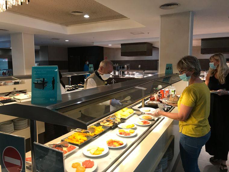 Am Buffet werden die Urlauber vom Hotelpersonal bedient. Für Karina Wienandt gewöhnungsbedürftig: die Plastikhandschuhe, die Urlauber sich vorm Gang ins Restaurant anziehen müssen.