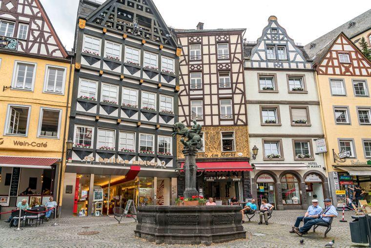 Der urige Marktplatz mit Martinsbrunnen in Cochem.