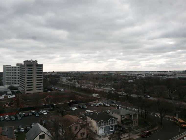 Nichts für Depressions-Gefährdete: Der Blick aus dem Hotelzimmer am JFK-Airport.