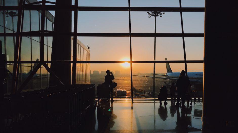 Zwei Passagiere an einem Flughafen.