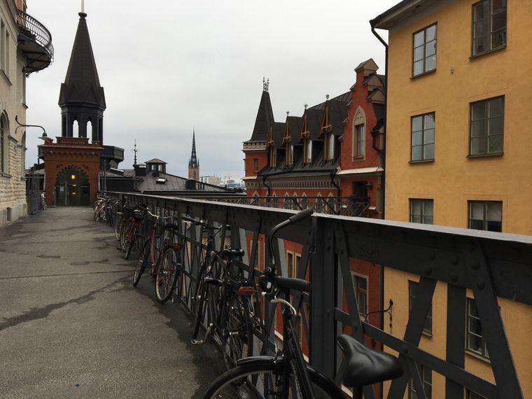 Fahrräder an der STraße in Södermalm in Stockholm