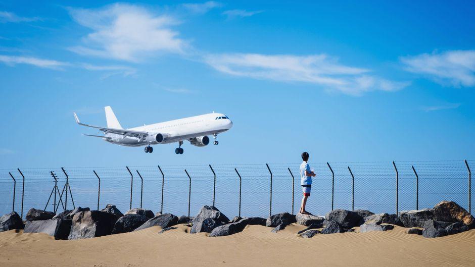 Ein Flugzeug im Landeanflug auf Lanzarote – mit der Aufhebung der Reisewarnung fällt der Startschuss für den Sommerurlaub.