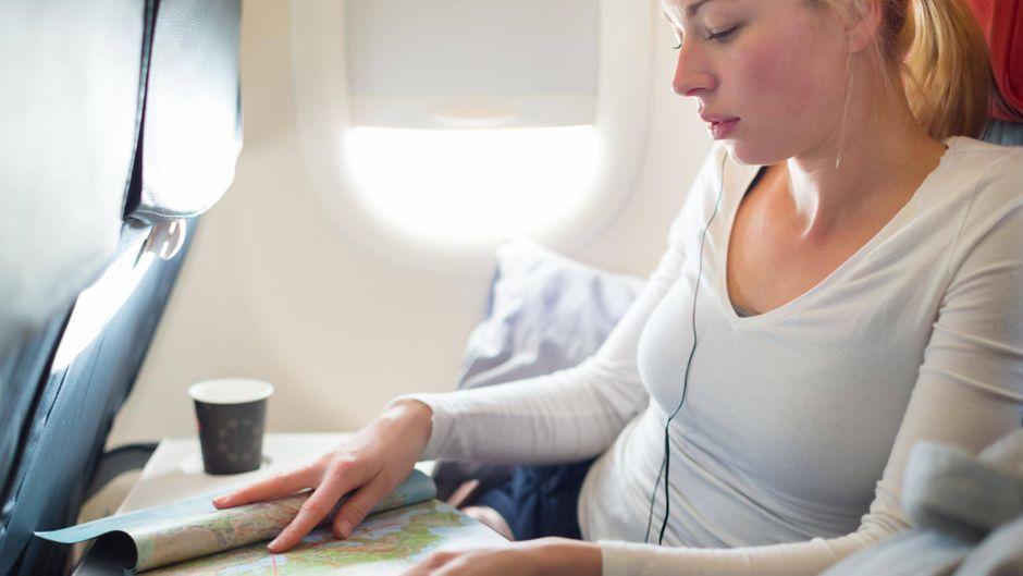 Wenn der Kaffee im Flieger umkippt und Passagiere verletzt: Dafür müssen einem Urteil zufolge Airlines haften. (Symbolfoto)