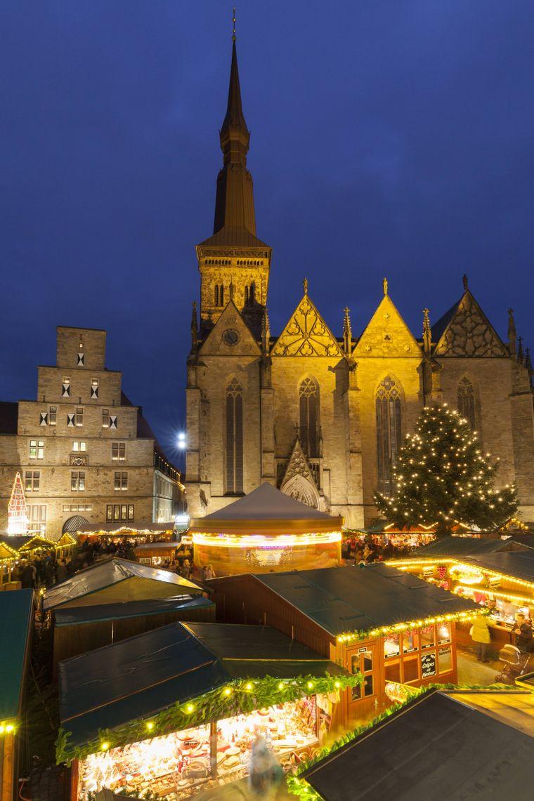 Weihnachtsmarkt in Osnabrück vor der Marienkirche.